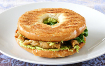 Bagels with Lemon Chicken and Avocado Sauce