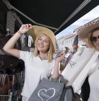 Women trying in hats in Risør
