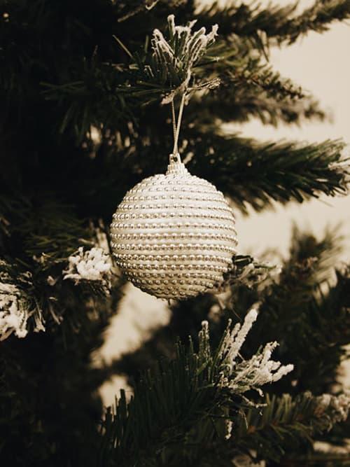 Pallina di Natale con perline argentate - Vestiamo casa
