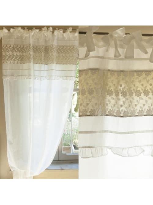 Tenda bianca con ricami e fiori