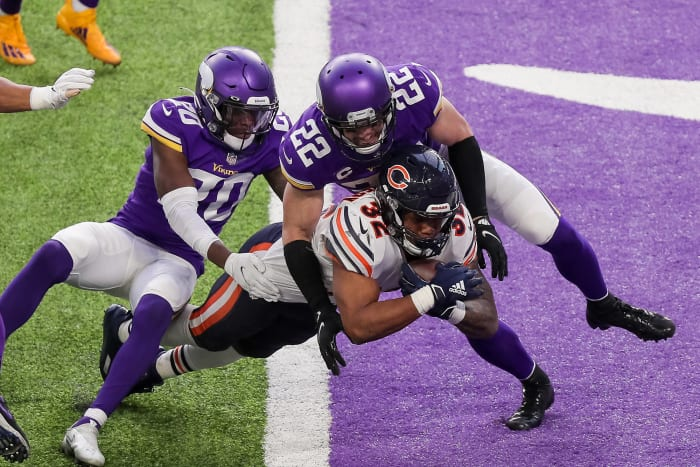 Montgomery, maligned O-line keep Bears in playoff race